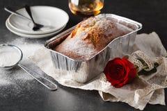 Petit déjeuner de jour de valentines avec du café, le gâteau et la fleur Images stock