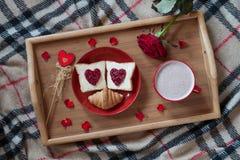 Petit déjeuner de jour de valentines dans romantique doux de lit Photos libres de droits