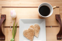 Petit déjeuner de jour de valentines, pain grillé de forme de coeur d'amour et Co romantiques Photographie stock