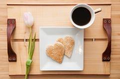 Petit déjeuner de jour de valentines, pain grillé de forme de coeur d'amour et Co romantiques Images stock