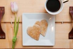 Petit déjeuner de jour de valentines, pain grillé de forme de coeur d'amour et Co romantiques Photos stock