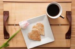 Petit déjeuner de jour de valentines, pain grillé de forme de coeur d'amour et Co romantiques Images libres de droits