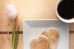 Petit déjeuner de jour de valentines, pain grillé de forme de coeur d'amour et Co romantiques Photographie stock libre de droits