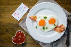 Petit déjeuner de jour du ` s de Valentine - oeufs, lard, ketchup Images stock