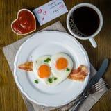Petit déjeuner de jour du ` s de Valentine - oeufs, lard, ketchup Photo stock
