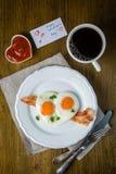 Petit déjeuner de jour du ` s de Valentine - oeufs, lard, ketchup Photo libre de droits