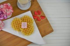 Petit déjeuner de jour de mères des gaufres et des fleurs chaudes Photographie stock