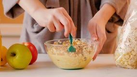 Petit déjeuner de jus de muesli de femme de nutrition de perte de poids clips vidéos