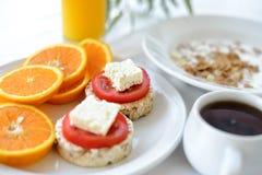 Petit déjeuner de matin avec des pains, les tomates et le jus d'orange Images stock