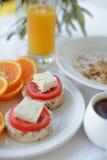 Petit déjeuner de matin avec le brochette et le jus d'orange Photos libres de droits