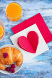 Petit déjeuner de matin avec les raspberrys et le ` rouge s de croissant de Valentine Photographie stock libre de droits