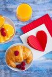 Petit déjeuner de matin avec les raspberrys et le ` rouge s de croissant de Valentine Photos libres de droits