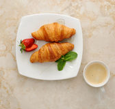 petit déjeuner de matin - croissants avec du café Image libre de droits