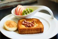 Petit déjeuner de matin - oeuf dans un trou Photo libre de droits