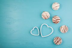 Petit déjeuner de matin pour le jour de valentines bonbons au chocolat, deux coeurs décoratifs sur le fond bleu Vue supérieure, c Photographie stock