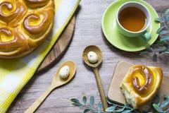 Petit déjeuner de Pâques avec des chinois pain, oeufs et thé images libres de droits
