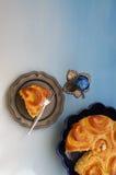 Petit déjeuner de Pâques avec les oeufs et le gâteau de Français Images stock