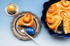 Petit déjeuner de Pâques avec les oeufs et le gâteau de pâques Photos stock