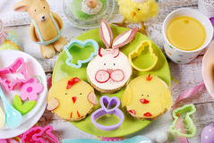 Petit déjeuner de Pâques pour des enfants avec les sandwichs drôles Image stock