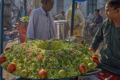 Petit déjeuner de paddyfor battu par Poha de pomme de terre à la foire de Pushkar ; Le Ràjasthàn image libre de droits