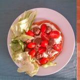 Petit déjeuner de Paleo avec les tomates, la salade, les boules de viande et la crème photographie stock libre de droits