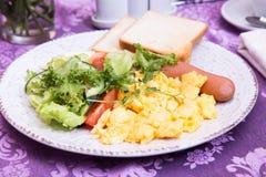 Petit déjeuner de plan rapproché d'omelette, de saucisse et de salade Photo libre de droits