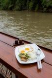 Petit déjeuner de rive avec Thaifood Images stock