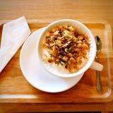 Petit déjeuner de santé avec du yaourt et la céréale, avec des serviettes Image stock
