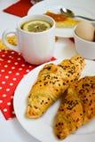 Petit déjeuner de thé, de croissaints et d'oeufs Images libres de droits