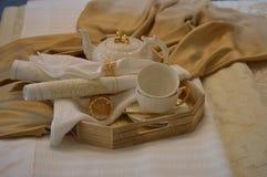 Petit déjeuner de thé réglé avec le plateau dans le lit image stock