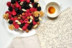 Petit déjeuner de Vegan avec les baies et le café Images libres de droits