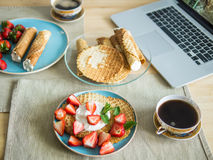 Petit déjeuner de week-end à la maison avec les waffels faits maison Photos stock