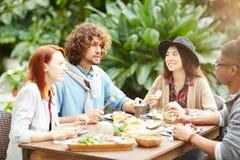 Petit déjeuner des amis Images libres de droits