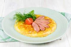 Petit déjeuner des oeufs brouillés et de la viande avec des tomates images libres de droits