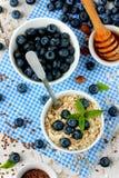 Petit déjeuner diététique de farine d'avoine avec le fruit, baies, miel images stock