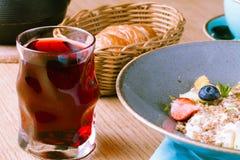 Petit déjeuner en café, céréale chaude de farine d'avoine avec des baies photos stock