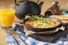Petit déjeuner en frittata de café, d'oeufs fraîchement cuits au four, de tomate et de poivron vert image stock