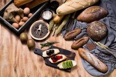 Petit déjeuner et concept cuit au four de pain Baguette blanche et brune fraîchement cuite au four Pain et oeuf parfumés frais su photo libre de droits