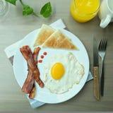 Petit déjeuner facile avec l'oeuf au plat, le lard et le pain grillé Photos libres de droits