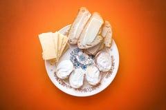 Petit déjeuner fait maison délicieux avec les oeufs, le fromage et le pain photos libres de droits