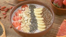 Petit déjeuner fait maison - smoothie frais avec des fruits et des graines banque de vidéos