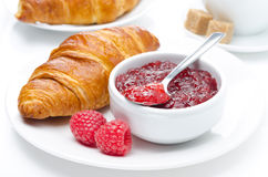 Petit déjeuner frais - confiture de framboise et croissant d'un plat images libres de droits