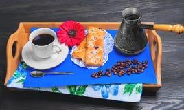 Petit déjeuner frais de matin dans le lit images libres de droits