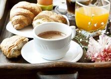 Petit déjeuner français avec du café, la fleur et les croissants Photographie stock libre de droits