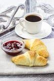 Petit déjeuner français : croissant et café Images libres de droits