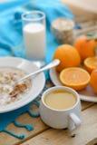 Petit déjeuner, fruit, flocons d'avoine, lait et jus d'orange sains Images stock