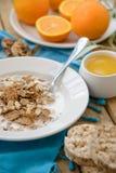 Petit déjeuner, fruit, flocons d'avoine, lait et jus d'orange sur la table en bois Photos stock