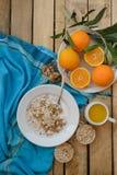 Petit déjeuner, fruit, flocons d'avoine, lait et jus d'orange sur la table en bois Image libre de droits