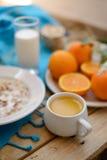 Petit déjeuner, fruit, flocons d'avoine, lait et jus d'orange sur la table en bois Images libres de droits