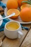 Petit déjeuner, fruit, flocons d'avoine, lait et jus d'orange sur la table en bois Photo stock